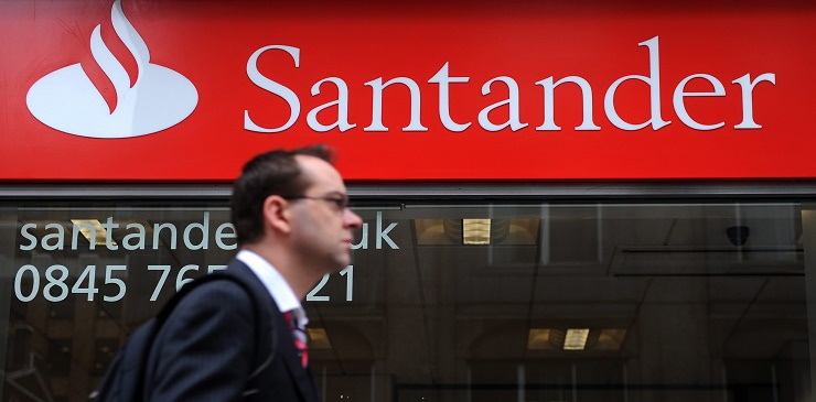 epa03865716 (FILE) A file photograph dated 19 November 2009 shows a pedestrian passing a Santander bank branch in London, Britain. According to media reports on 13 September 2013, computers at a London branch of Santander were hacked by a cybergang, leading to the arrests of eleven men on 12 September. EPA/ANDY RAIN *** Local Caption *** 02562432